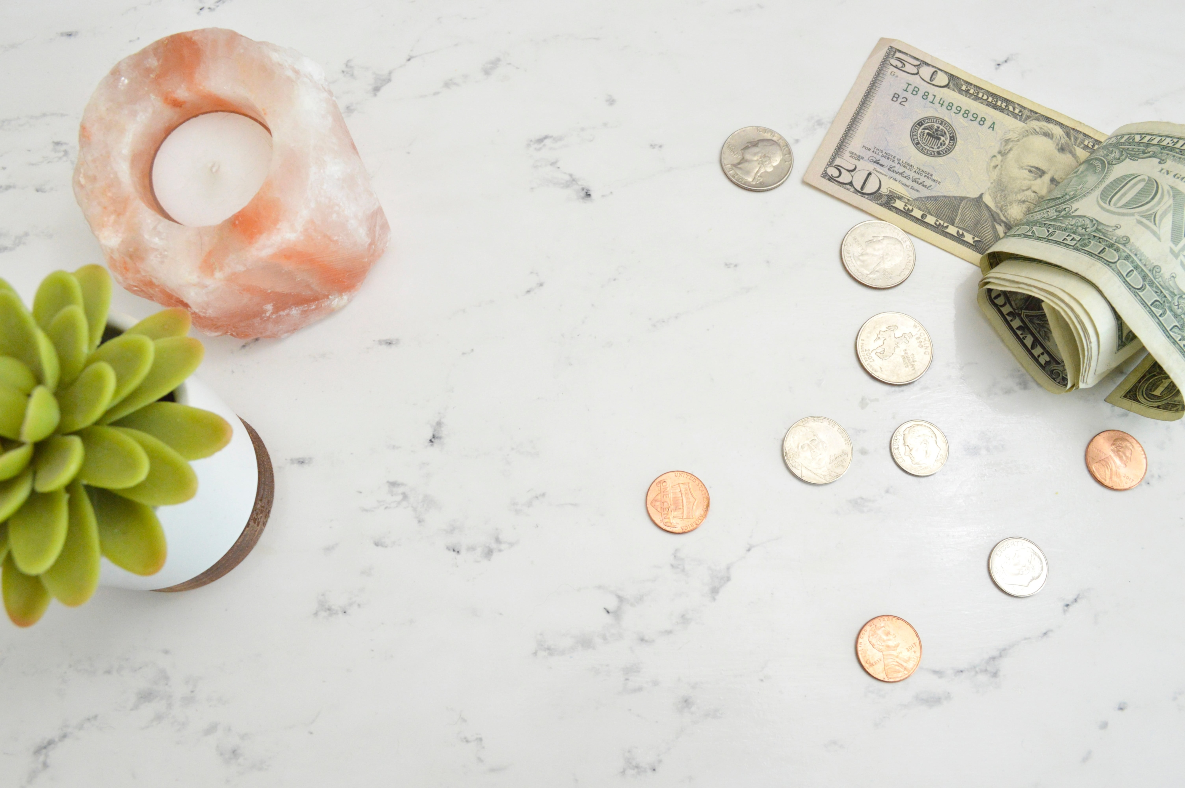 pièces e billets sur une table